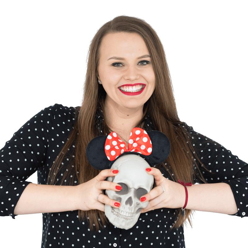 Szkolna pielęgniarka, która szczerym uśmiechem i poczuciem humoru wyleczy każdą dolegliwość, a potem zabierze na leczniczy spacer po Disneylandzkich górach. Na rolkach.
